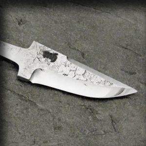 Knivblad smidd med råsmidd overflate